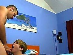 Голые ребята Daddy McKline работает соски во время Kyler становится