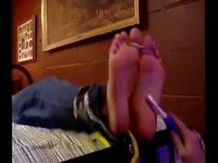 Hyper- helposti ärsyyntyvä pojan jalat ( sitoutuneen ja avuttomia )
