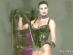Горячий хозяйкой заставляет рабу кончать в то время запястья связана