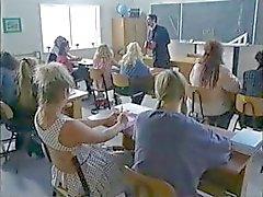 Busty Brunette koulutyttö kuumaa luokkahuoneessa ryhmäseksiä