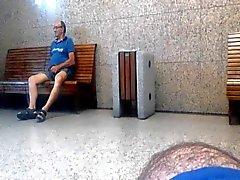 Пожилые папаша захватов и показал мне его член на железнодорожной станции