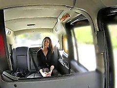 Jizz facial pegajosa por milf em táxi