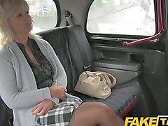 FakeTaxi - de MILF jode rubias taxista de