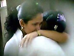 Kaksi soma latina koulutyttöjen kiinni suudellen sekä fondling mukaan hakulaite