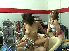 Reloj a Gigi ser follada duro en una costumbre Hot Rod