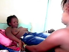 femmine African Curvy toying fighe in l'azione lesbica