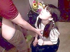 Adolescente japonesa en uniforme de colegiala tittyfucked en el vestíbulo