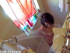 HEISSE Amateur der Rasur ist von einer Hidden Camera in ihrem Badezimmer verfangen