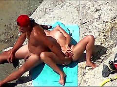 Couple von gegenseitig Orgasmus Wichsen an einem öffentlichen beach