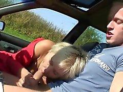 Old Schlampe wird im Wagen von einem Fremden genagelt