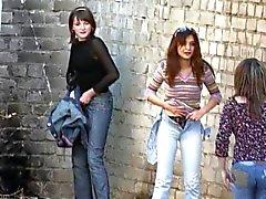 As meninas tirar calcinha urinar ao ar livre de 3