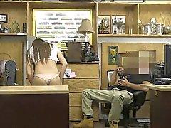 Perky Titten Brünette Babe versuchen einen Pelzmantel führt zu Sex zu verkaufen