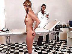 Warm Blauer Engel wird von ihrem Doktor Arzt Pfirsichen bestraft