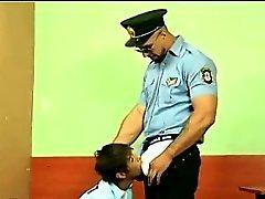 Mignonne si de très enfant terrible baisé par la CdP gaie brutaux