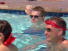 Paare Blasen und Oralsex am Pool