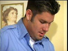 Baştan çıkarıcı polis memuru, eşcinsel sevgilisi ile sözlü zevkler alır
