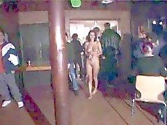 Prachtige brunette exhib haar mooi lichaam in Nightclub