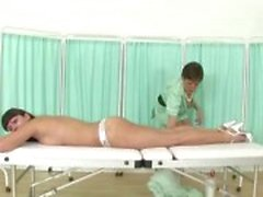 Aikuinen britti sairaanhoitaja Sonia hierontaa lutka potilas