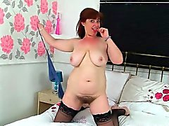 mamma britannici di Janey scopa la figa capellute con i un lecca-lecca
