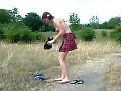 Russische Mädchen Veronica peeing auf der Straße