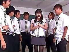 Lycéenne en jupe liée bras sucer des queues Bien doigté sur la paillasse en classe