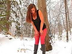 Rode nylon panty in de winter het bos