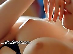 Beau modèle de aux gros seins de se caresser