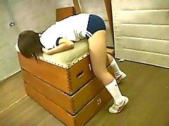 Japans schoolmeisje humping rond de sportschool