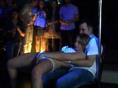 Wild Party Girls nackt ausziehen zu Pole Dance und geben seducti