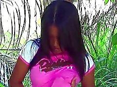 Dedilhado garota asiática em uma floresta
