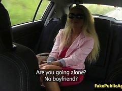Öffentlichen Euro im Taxi vor der Besamung pussyfucked