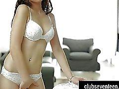 Brünette Teen Angel die Pussy fingern