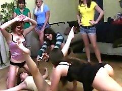 Schulmädchen bekommen ihre Muschi bei einer Hazing Partei