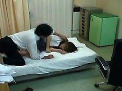 Belle écolière Oriental a un médecin cornée labourant son h