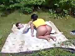 mamma och pojke arbetar i trädgården