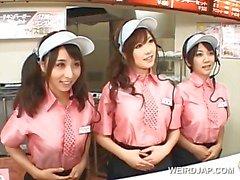 Aasian busty teini trio vilkkuu tissit onpikaruokaa