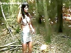 Slaaf vastgebonden aan een boom krijgt klappen met een zweep door geile meesteres