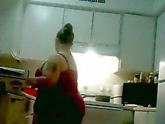Mes femme sexy de potelé poêle le poulet et cleaining en culotte