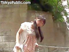 Japanese Girl anda por aí com um vibrador de calcinha