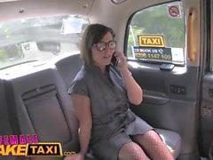 Female Fake Taxi Dupla vibrador vários cinta quente de orgasmos em ação