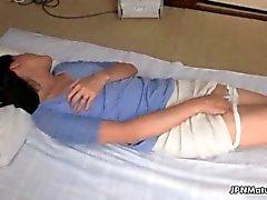 geiles asiatische spezialitäten fällige Frau streichelt ihr haarigen Möse