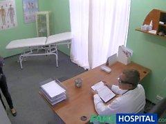FakeHospital Schlank natürliche junge Schüler spritzt zu Check up