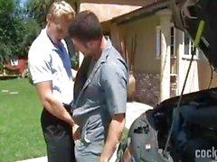 heiße Blondine Bedürfnissen zu helfen mit seinem Auto