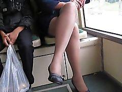 Muchacha en la medias del fishnet en un autobús