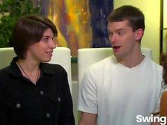 Die Paare haben eine Orgie auf der Schaukel Partei