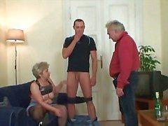 Avó impertinente leva dois galos
