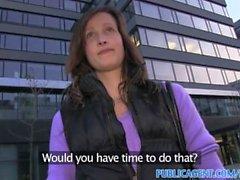 PublicAgent Evelyn Streifen außerhalb und die gefickt auf Ödland los