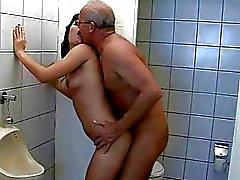 Büyükbaba umumi tuvalette genç sikikleri