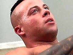 Guillotine beau gosse Cums tirant bite