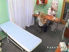 Médecin encule patient depuis en retard en simili hospitaliers
